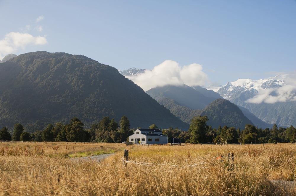 Panorama Pegunungan Alpen Selatan dilihat dari tepian Danau Matheson.