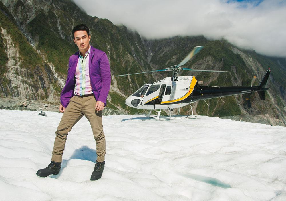 Mendarat di Franz Josef, gletser yang menyuguhkan fenomena langka di mana padang es menyapa hutan sub tropis. (Blazer ungu, kemeja garis-garis, dan celana seluruhnya oleh Etro)