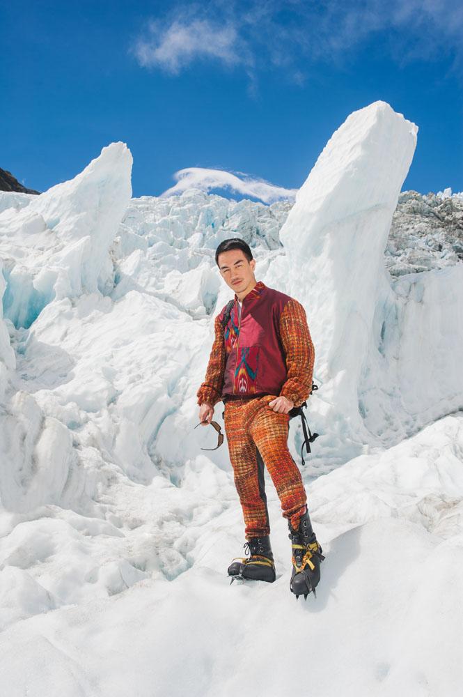 Pilar-pilar es yang bertaburan di Franz Josef Glacier. (Jaket bahan rajutan wol dan celana bahan rajutan wol oleh Ikat Indonesia by Didiet Maulana)