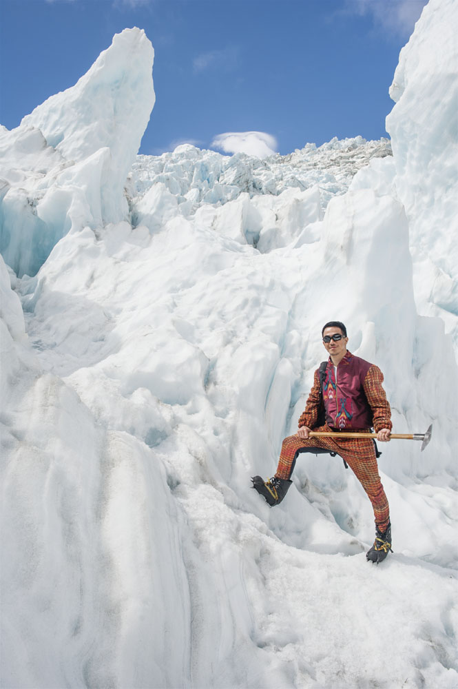 Beraksi di kelilingi pilar-pilar es di Franz Josef Glacier. (Jaket bahan rajutan wol dan celana bahan rajutan wol oleh Ikat Indonesia by Didiet Maulana)