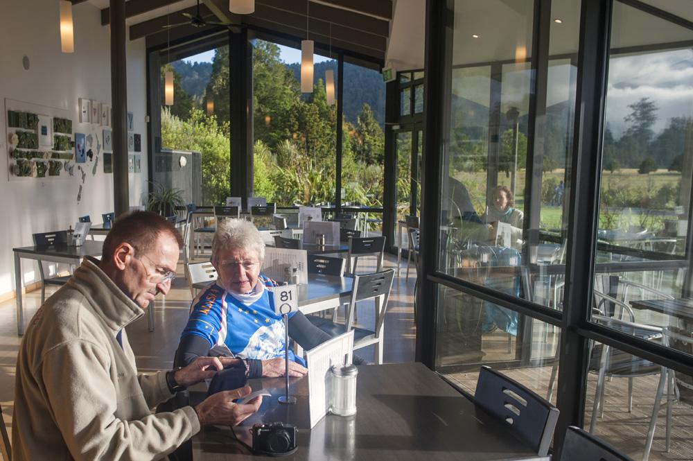 Matheson Café, tempat pengunjung membeli bekal sebelum mengelilingi Danau Matheson.