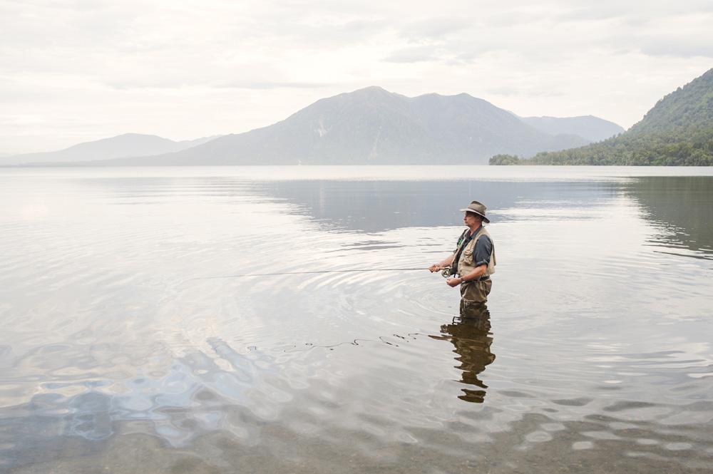 Pemancing dari Melbourne yang rutin datang ke Danau Brunner demi memancing ikan trot.