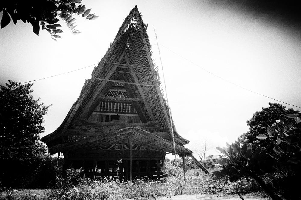 Jabu Bolon, rumah adat yang kini menjadi obyek jualan.