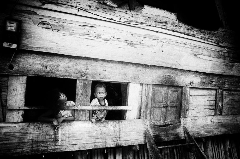 Anak-anak menghabiskan waktu di Jabu Bolon.
