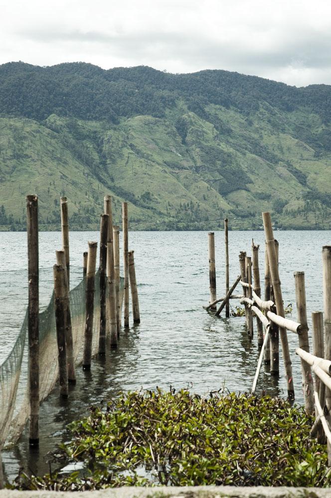 Danau Lut Tawar dengan latar belakang gunungnya yang indah.