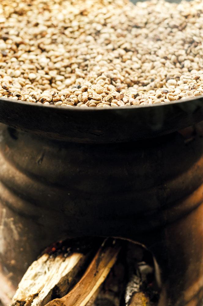 Metode tradisional menggoreng kopi di Gayo.