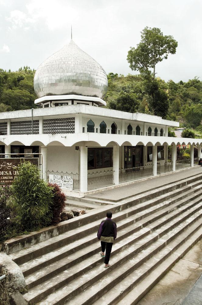 Sebuah masjid yang bertahan dari gempa pada Juli 2013, walau banyak retakan pada dindingnya.
