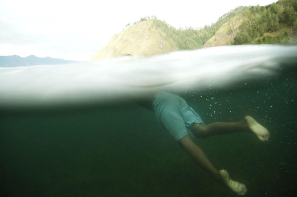 Seorang bocah berenang di Danau Lut Tawar.