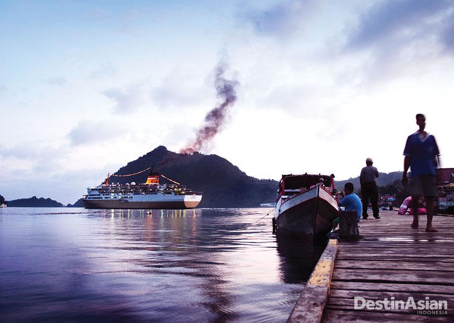 KM Tidar, kapal milik Pelni yang menghubungkan Jawa dan Maluku, serta berperan penting dalam memasok barang ke Banda.
