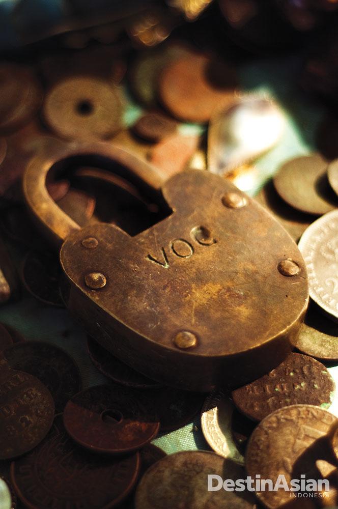 Artefak sejarah berupa gembok dan koin lawas yang dikumpulkan di sekitar Belgica dan dijajakan ke turis.
