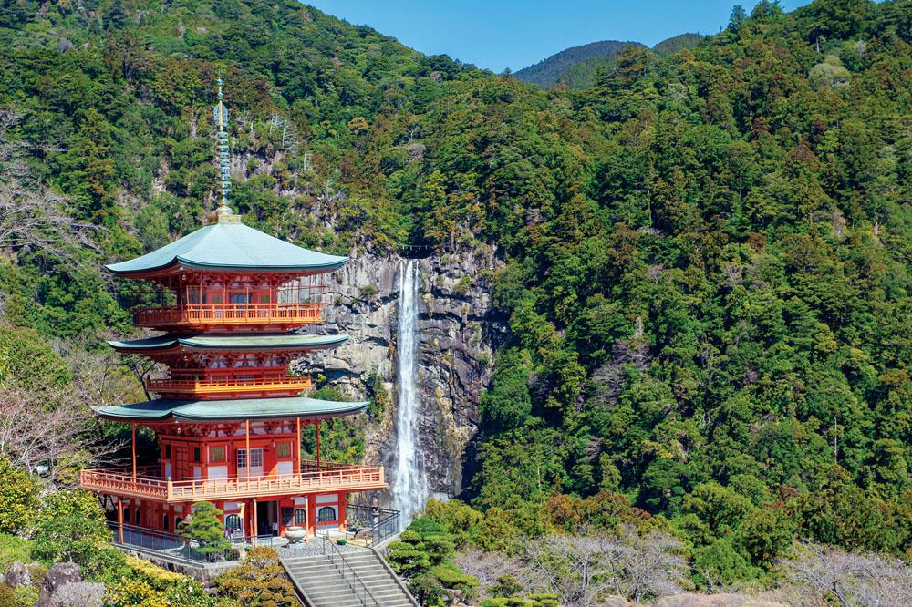 Pagoda Seigantoji dengan latar Nachi Falls, air terjun tertinggi di Jepang.