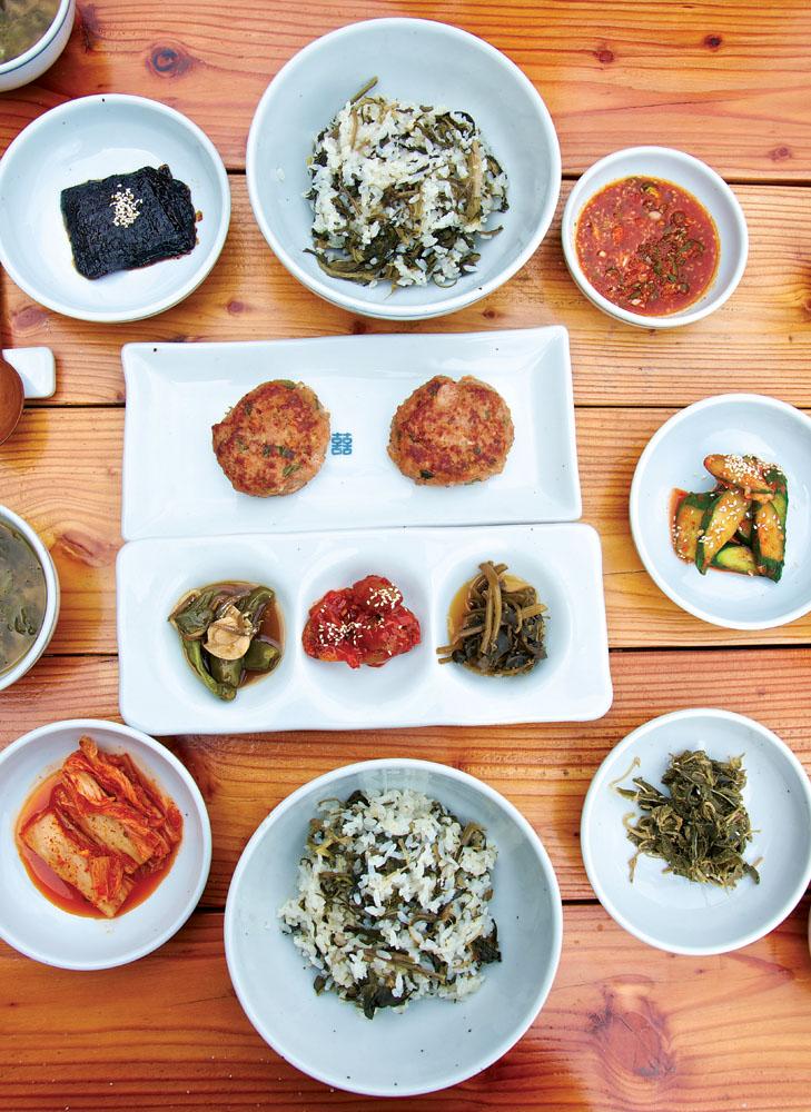 Namulbap (nasi campur rempah-rempah) dengan roti daging, acar renyah deodeok, serta acar di restoran Jirisan Namulbap.
