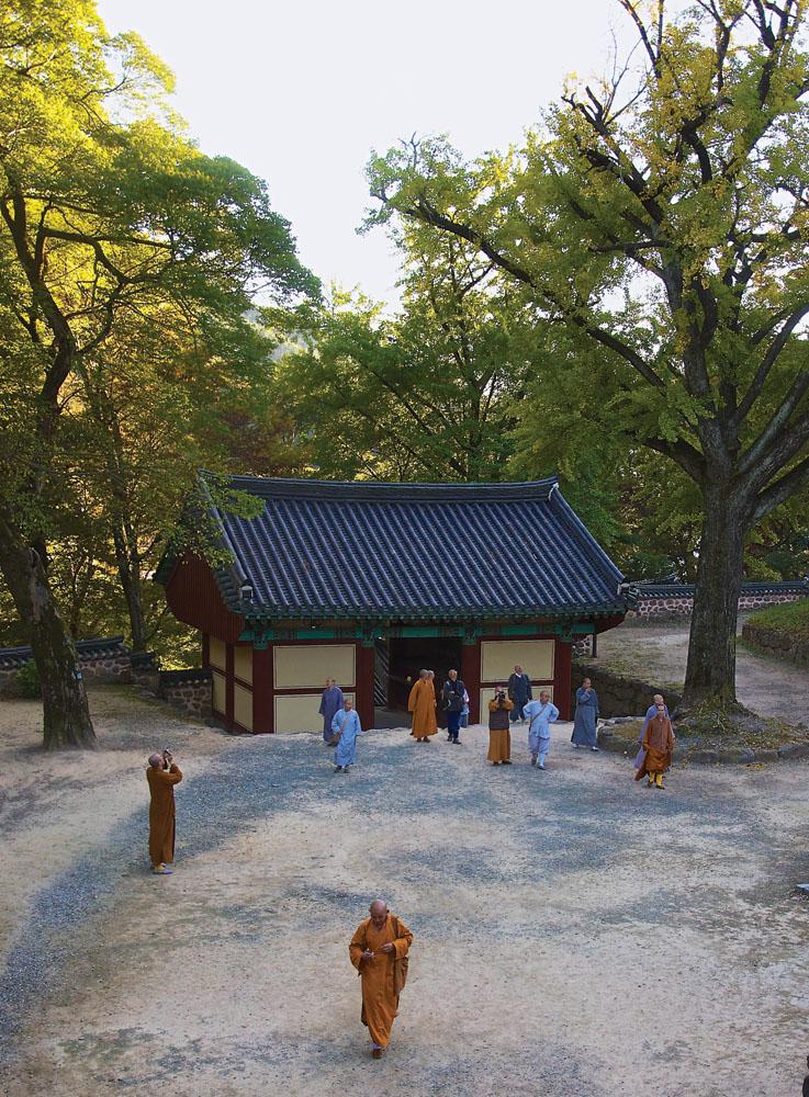 Para biksu mengunjungi Kuil Cheoneunsa.