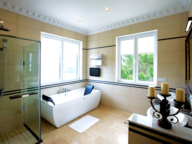 Kamar mandi dengan pemandangan alam.