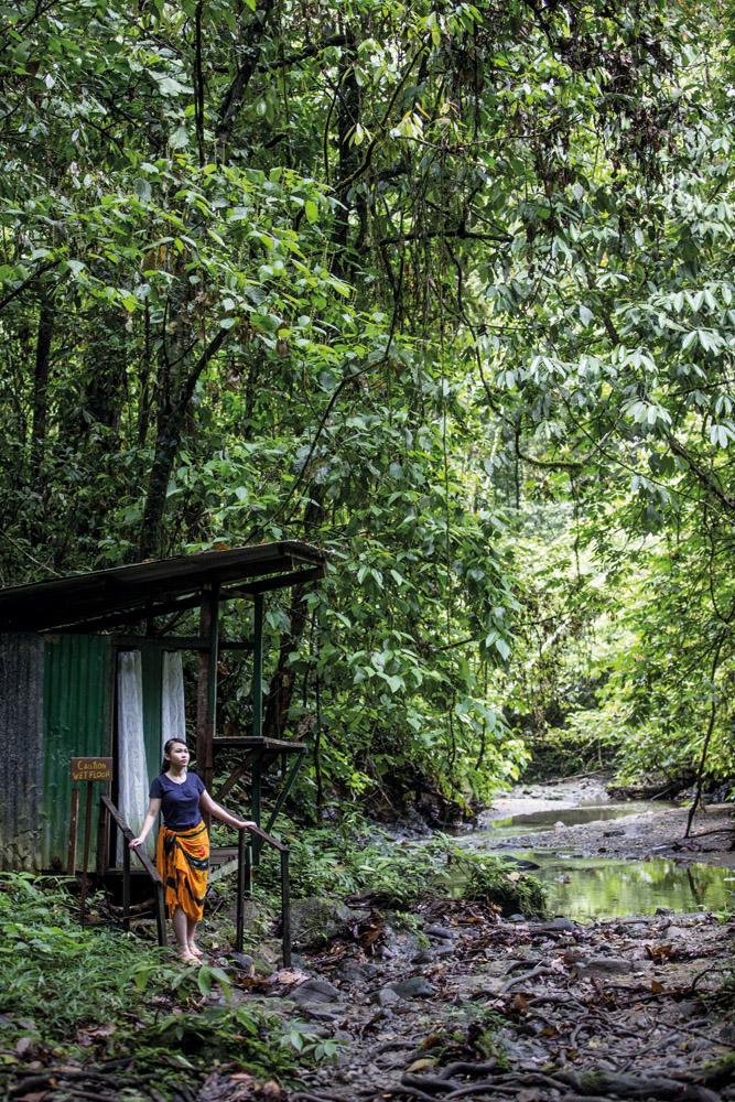 Ruang ganti di Jacuzzi Pool, fasilitas pemandian dengan air terjun alami di dekat Borneo Rainforest Lodge.