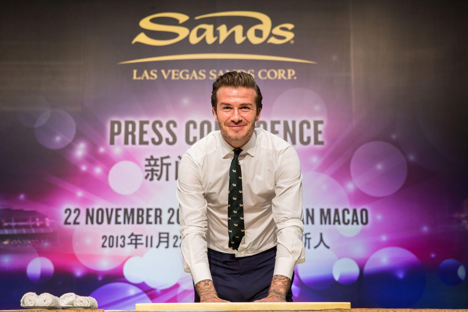 David Beckham ketika mengecap tangannya di acara konferensi pers bersama Las Vegas Sands di Macau. Foto: Las Vegas Sands.