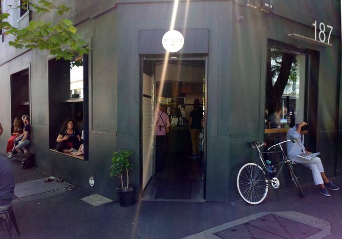 Suasana di luar Cafe De Clieu. Pembeli rela duduk ala kadarnya demi menikmati kopi di sana.
