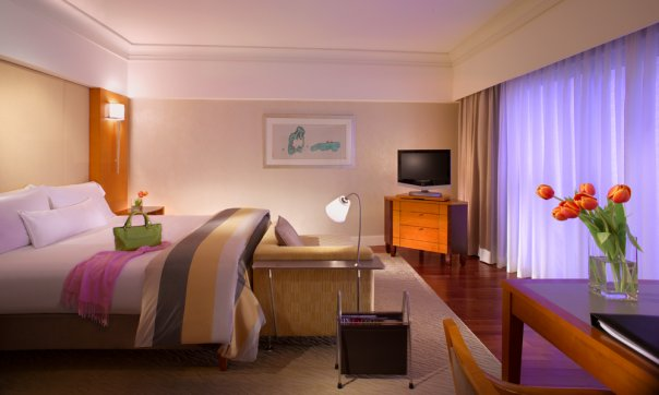 Kamar tipe Deluxe Room di Fairmont Singapura.