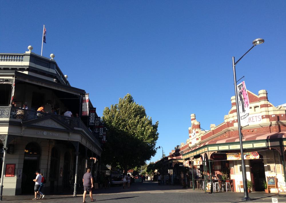 Pasar Fremantle tampak dari depan. Jalanannya teduh.