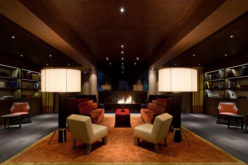 Lobi hotel dengan desain elegan dan dilengkapi perapian.