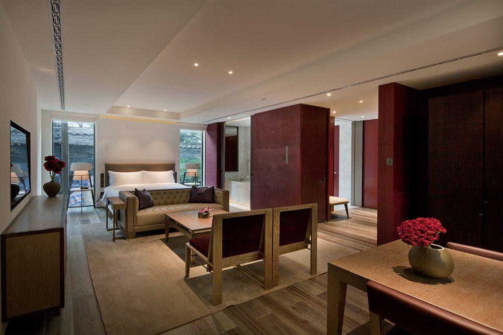 Suite dilengkapi dengan ruang tamu dan berukuran masif.