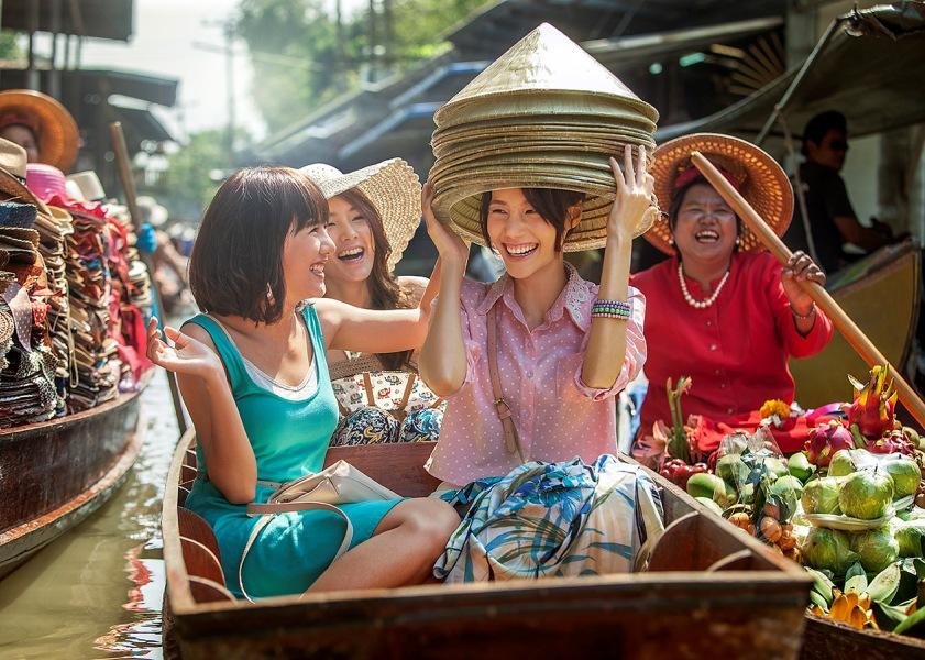 Selami budaya lokal dengan mengunjungi pasar-pasar tradisional, seperti pasar apung di Thailand.