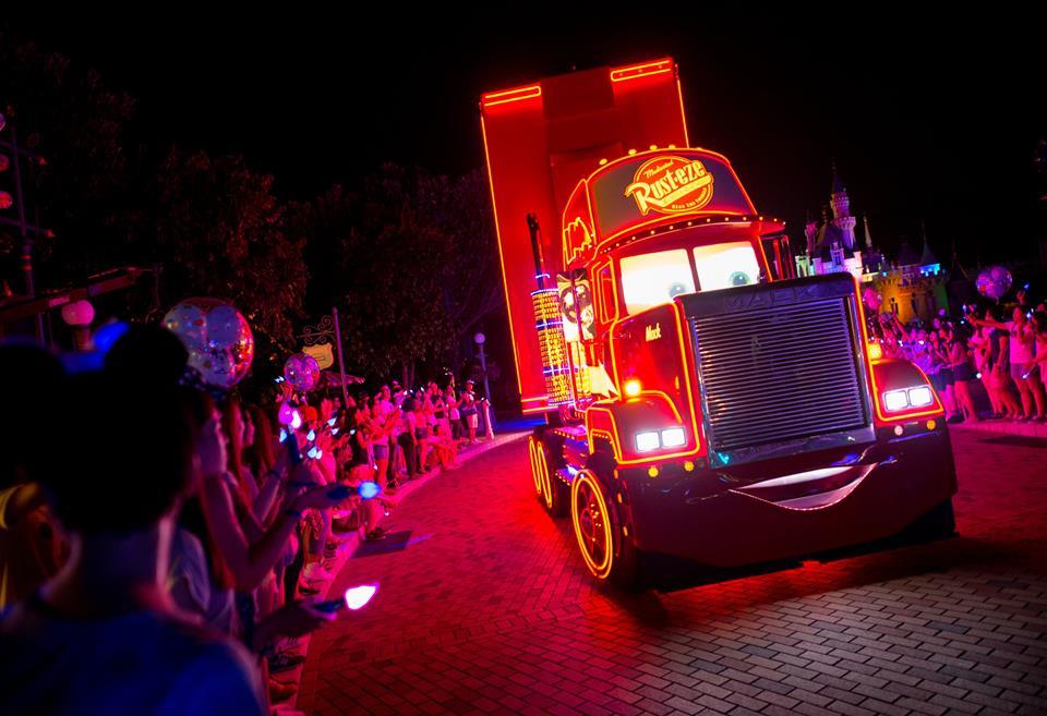Pawai malam hari dengan kendaraan berhiaskan lampu LED.