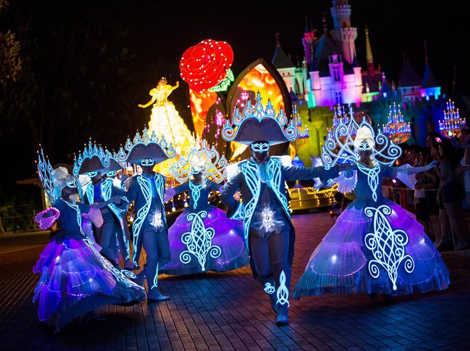 Selain kendaraan hias, karnaval ini juga menampilkan penari berkostum menarik.