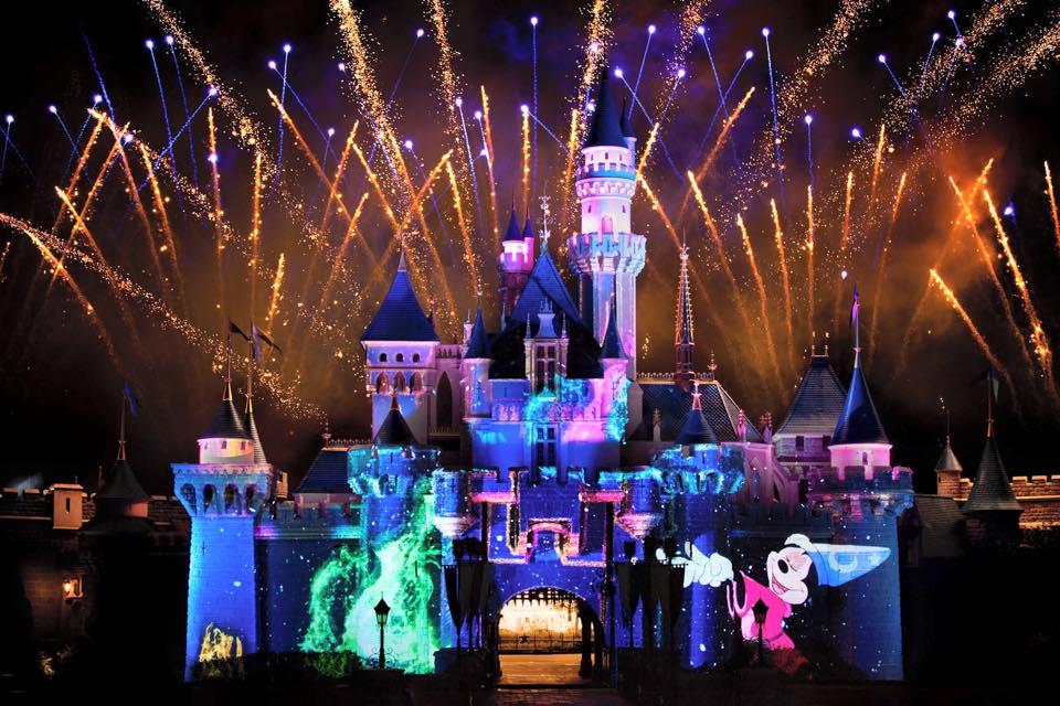 Pertunjukan 'Disney in the Sky' yang menggabung kembang api dan video mapping.