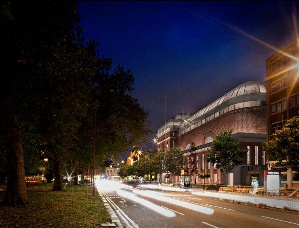 Fasad bangunan kuno yang kini disulap menjadi hotel mewah di West London.