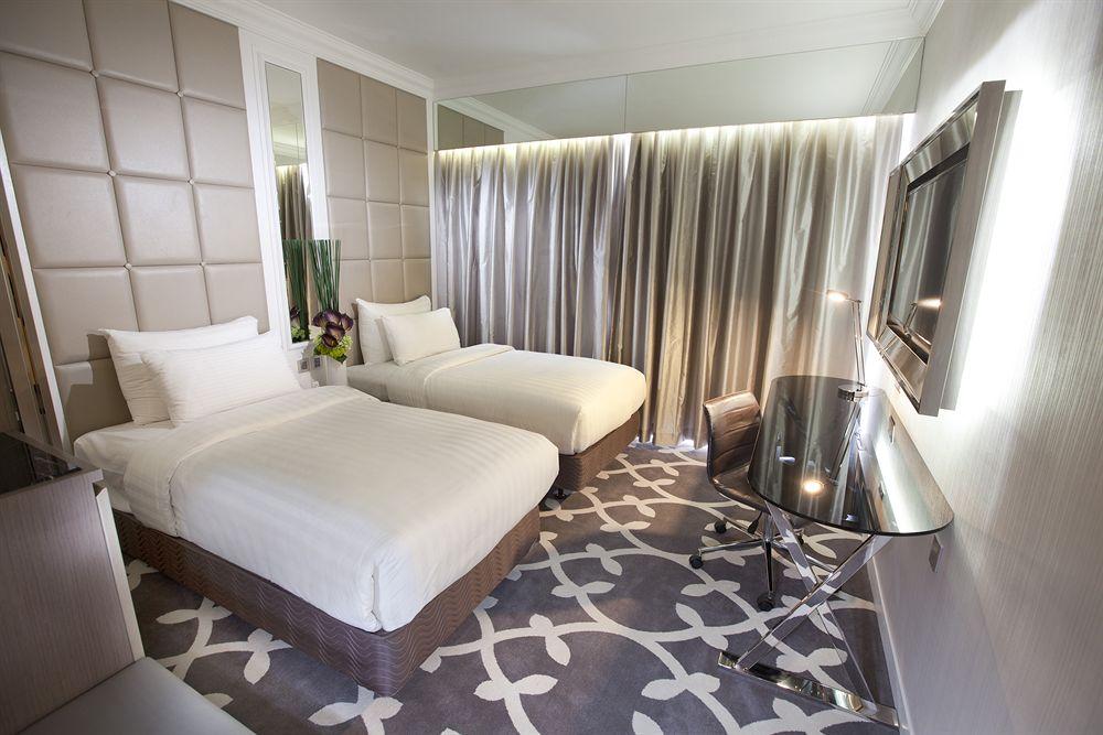 Kamarnya mengusung nuansa modern dan elegan.