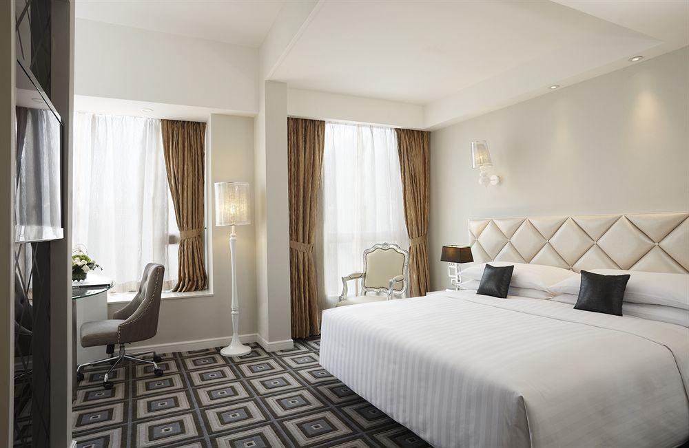 Kamar berukuran cukup luas dengan lantai dilapisi karpet.