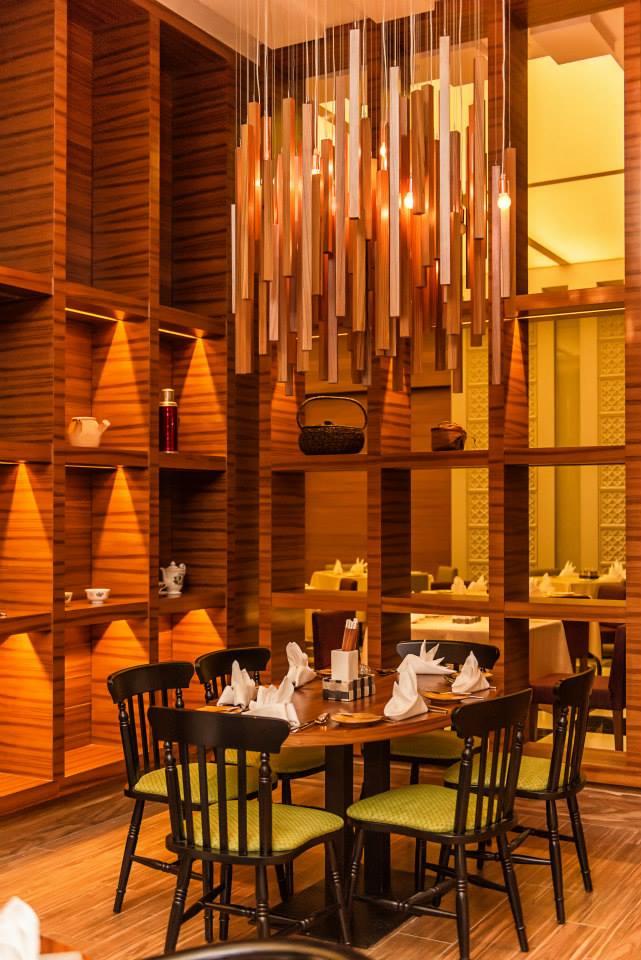 Restoran Makan dengan interior didominasi material kayu.