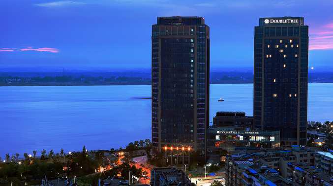 Fasad hotel yang terletak di tepi laut.
