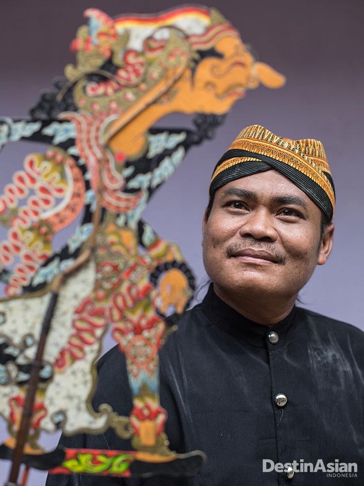 Rohadi, dalang wayang asal Indramayu.