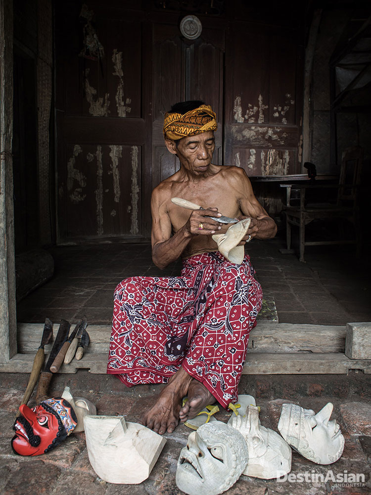 Warsad, perajin wayang dan topeng, turut menikmati berkah naiknya pamor Indramayu.