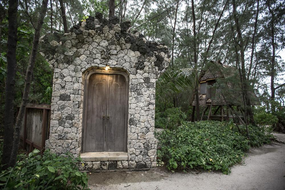 Pintu kamar mandi terbuka di kamar tipe Lumbung.