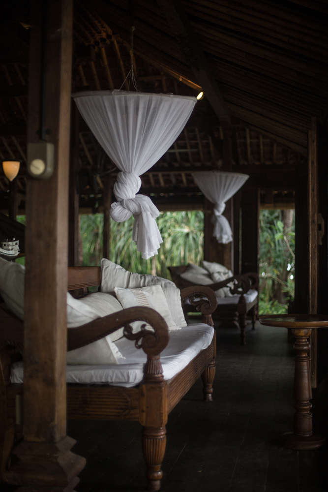 Kursi dengan kelambu di rumah Joglo.