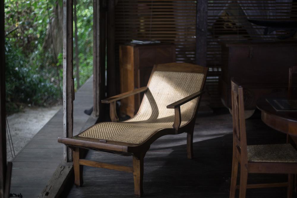 Kursi malas yang bernuansa antik.