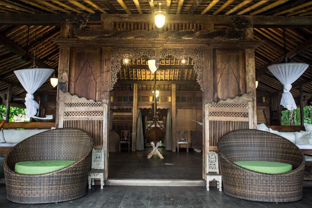 Interior rumah Joglo tampak dari depan.