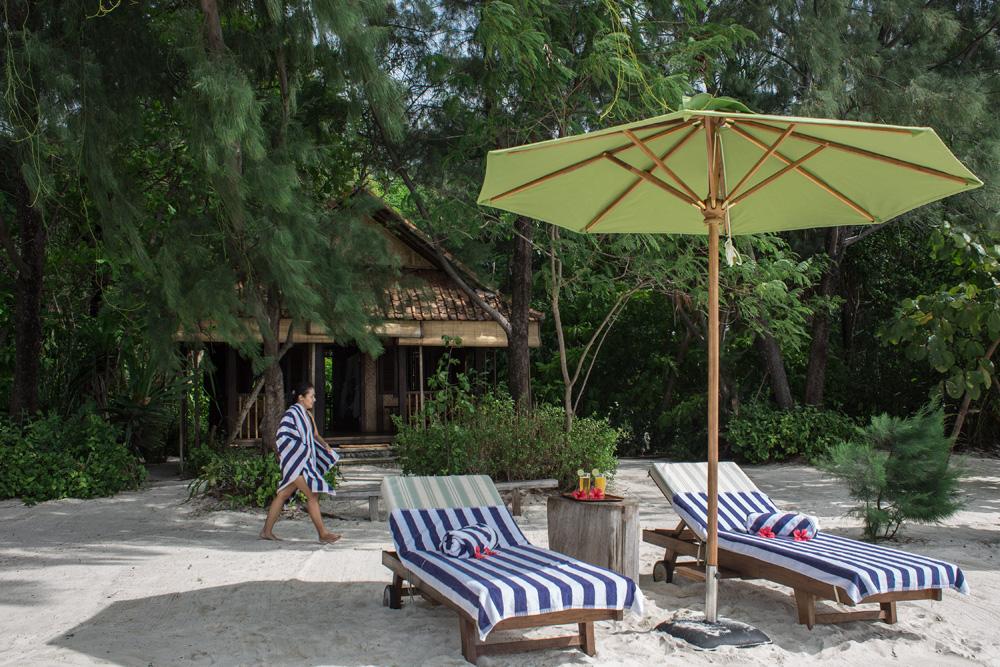 Suasana di depan kamar Malay resort Isle East Indies, Pulau Kaliage Kecil.
