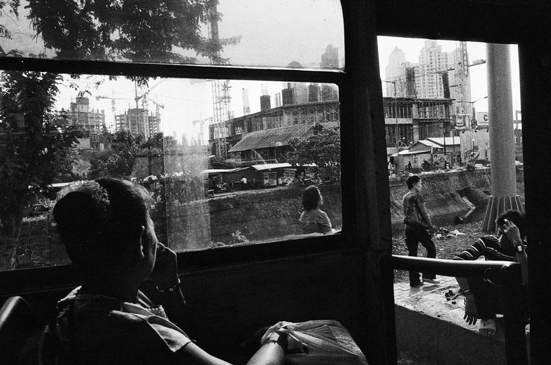 Pemandangan dari sebuah angkutan umum di Jakarta.