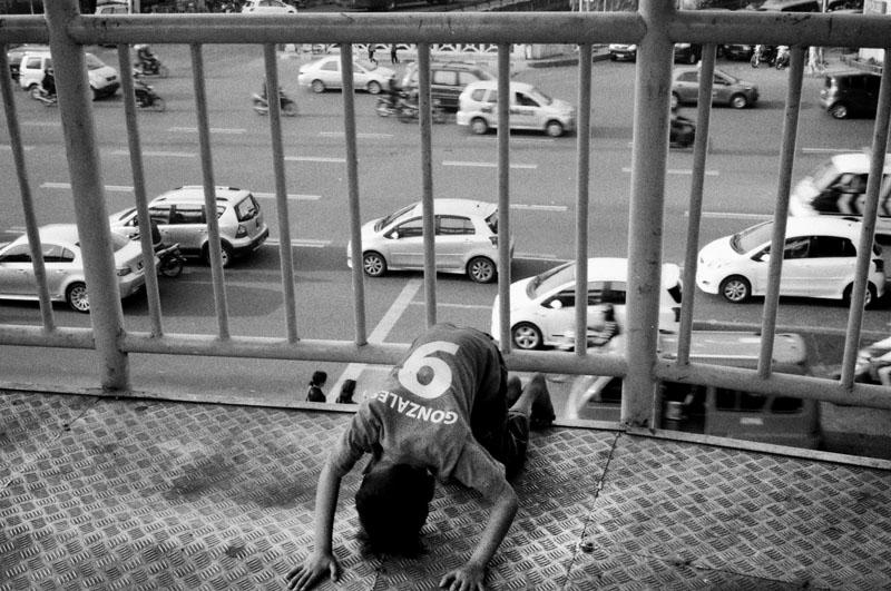 Seorang anak gelandangan di Jakarta.