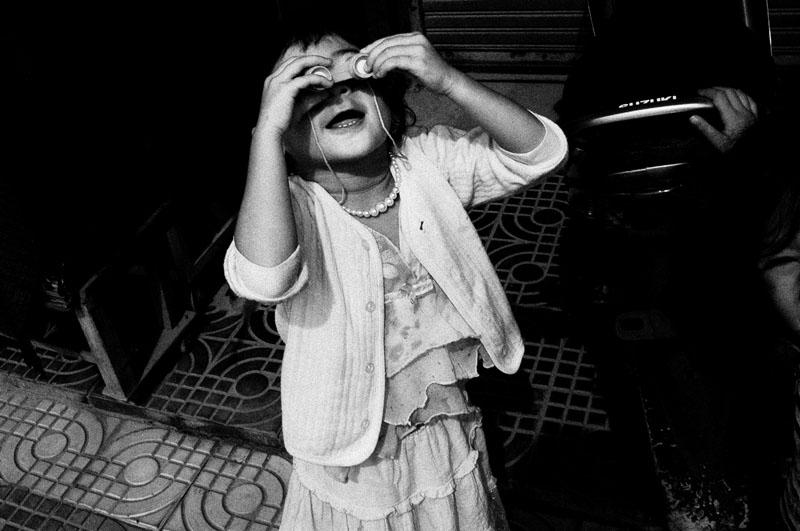 Seorang anak kecil asyik bermain dengan mainannya.