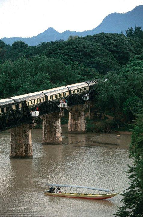 Menyeberang jembatan legendaris di atas Sungai Kwai di Kanchanaburi, Thailand.