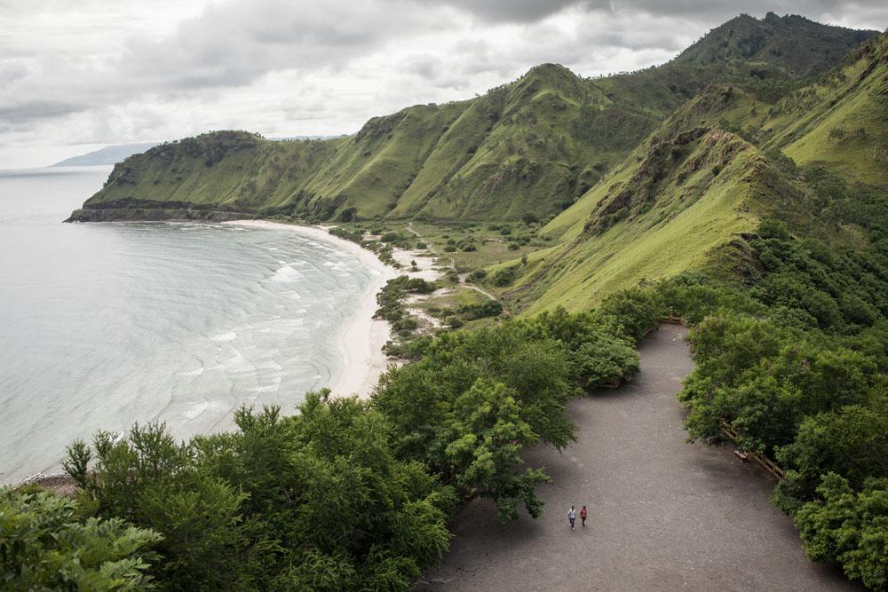 Pemandangan lanskap gunung hijau dan lautan dari Christo Rei, Dili.