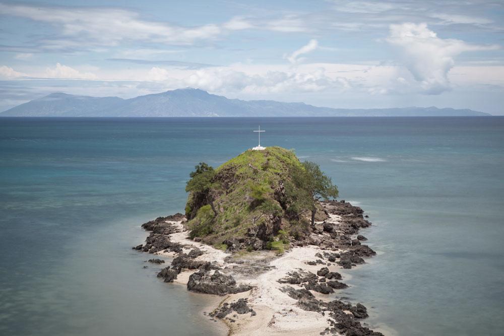 Pulau kecil tak berpenghuni di dekat Metinaro dengan tanda salib raksasa di atasnya.