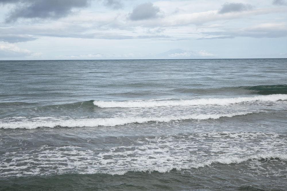 Ombak di Aeria Branca atau Pantai Pasir Putih di Dili.