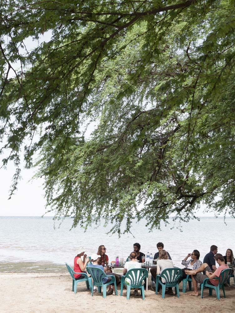 Para turis di Pantai Pasir Putih.