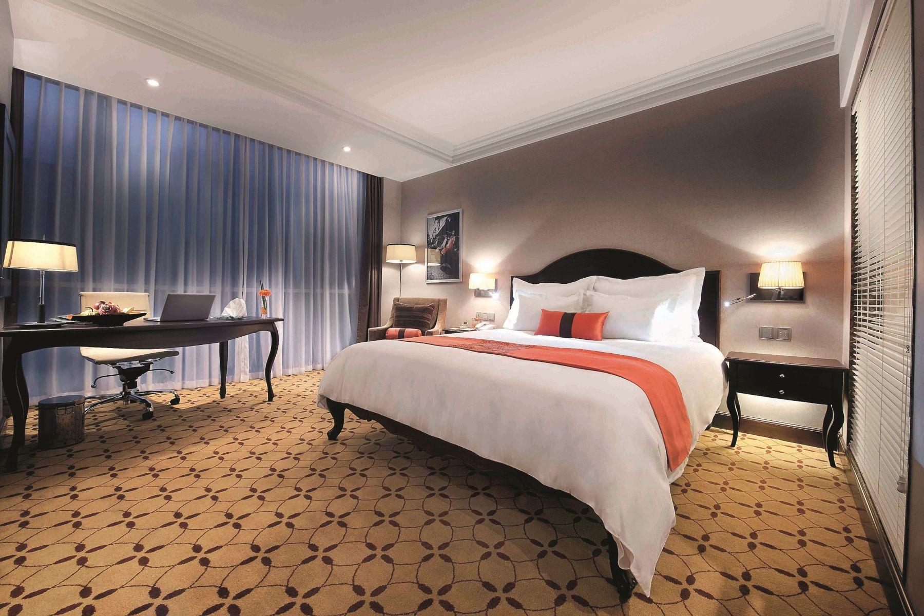 Kamarnya mengadopsi desain modern dengan sedikit sentuhan tradisional di mebelnya.